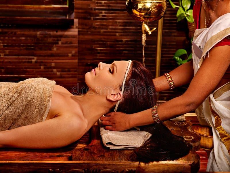 Женщина имея обработку курорта ayurveda стоковое фото rf