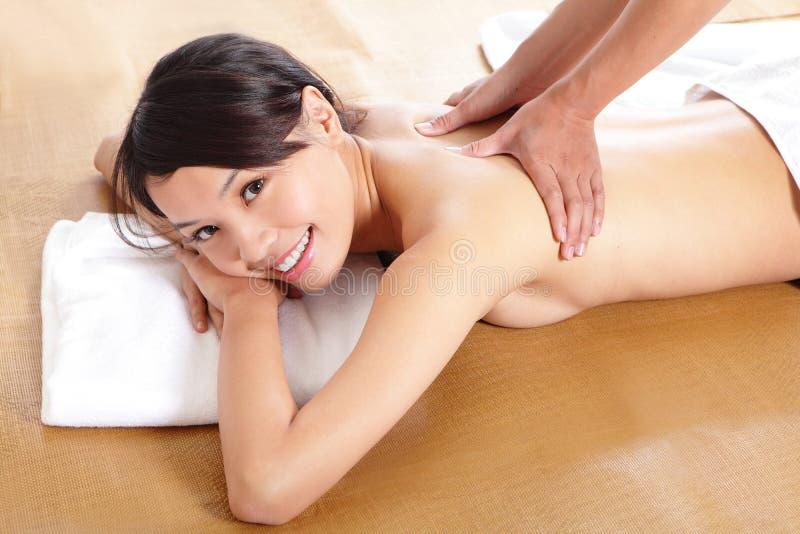 Женщина имея ослабляя массаж на ей назад стоковые фотографии rf