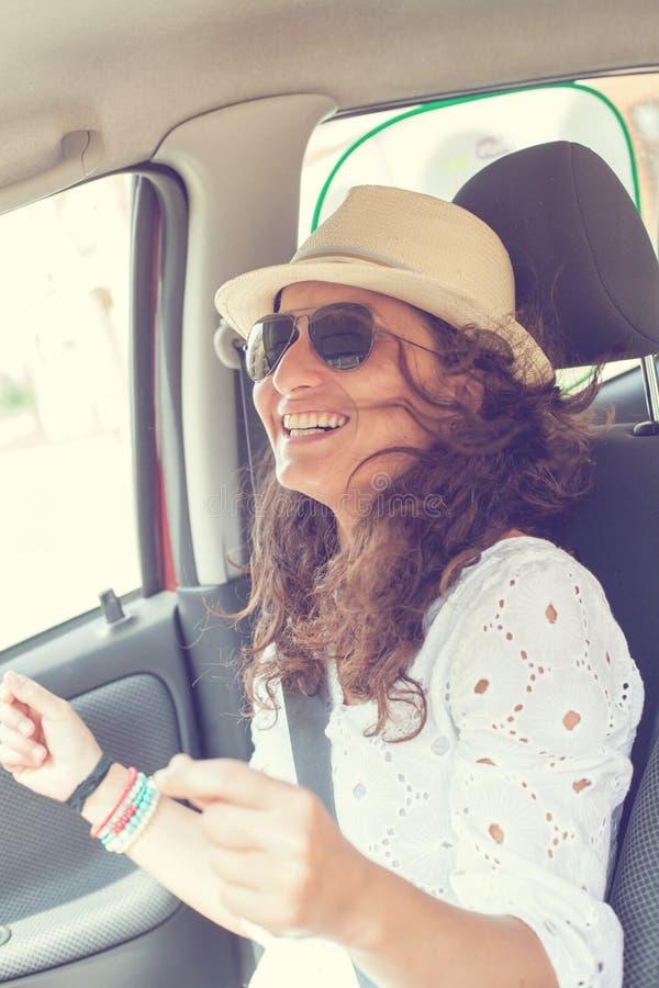 Женщина имея потеху в автомобиле стоковое изображение