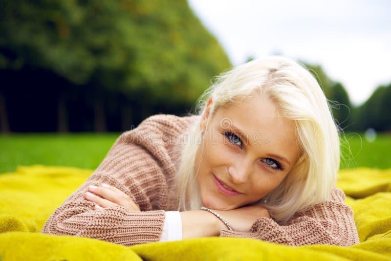 Женщина имея пролом в парке стоковая фотография