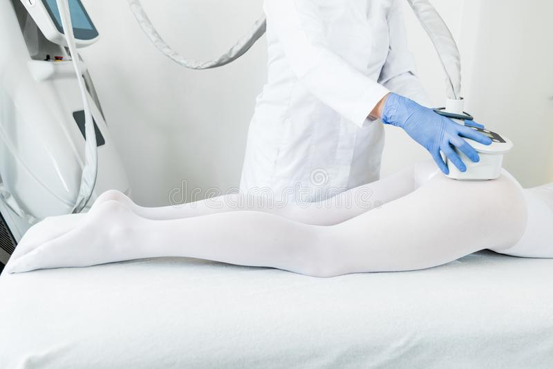 Женщина имея процедуру lipomassage стоковое фото
