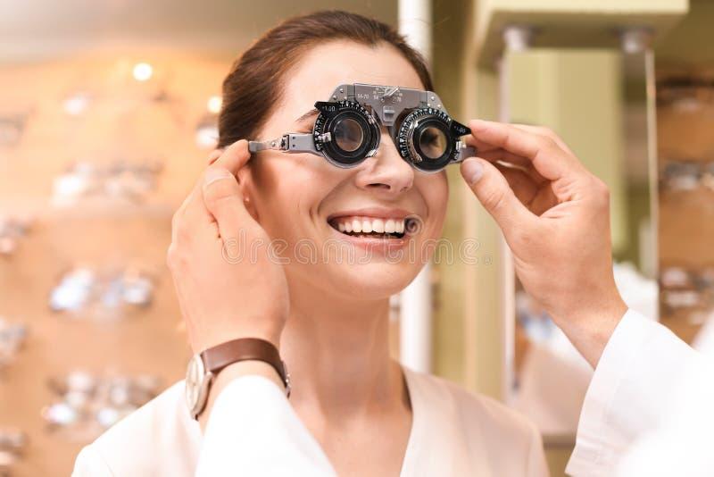 Женщина имея рассмотрение глаза с phoropter стоковое изображение rf