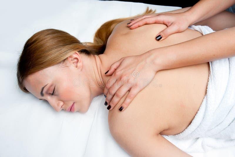Женщина имея регулировку шеи chiropractick стоковые фотографии rf