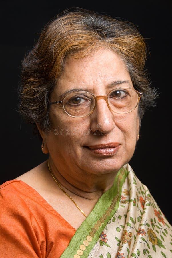 женщина индийского сари старшая нося стоковые фотографии rf