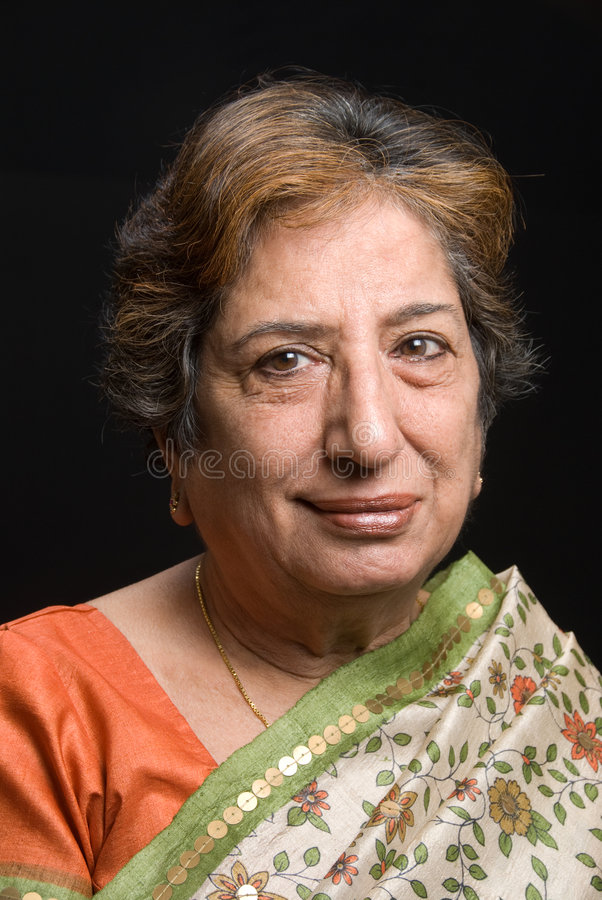 женщина индийского сари старшая нося стоковые изображения rf
