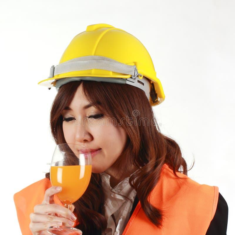 Женщина инженера с апельсиновым соком стоковое изображение rf