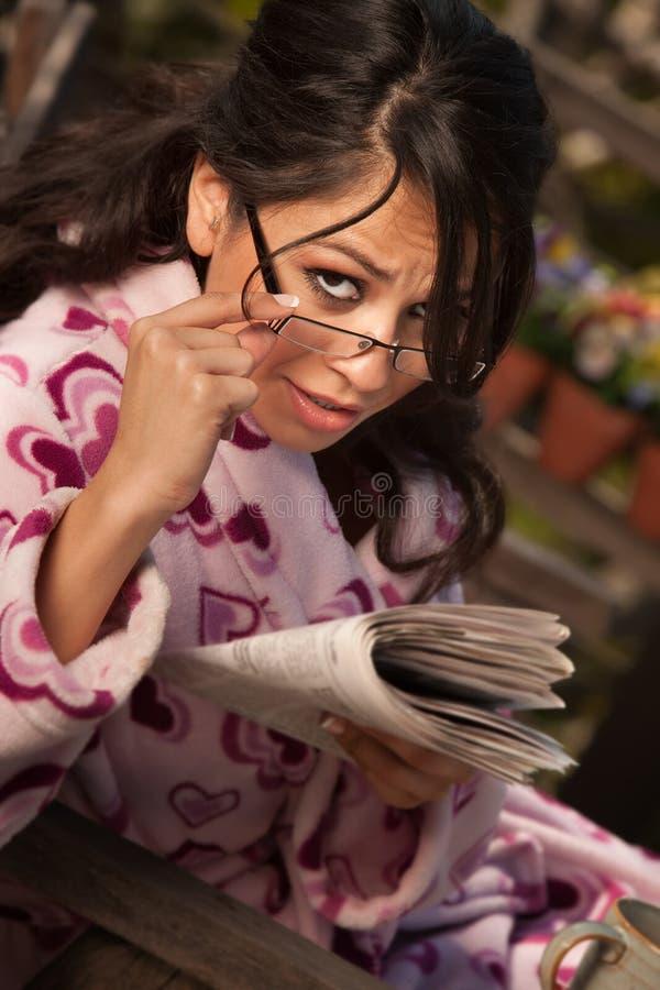 женщина испанской газеты bathrobe милая стоковая фотография