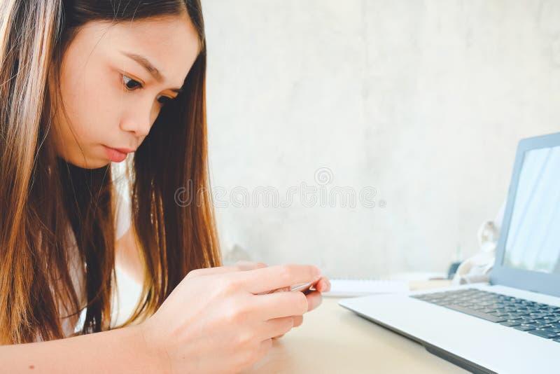 Женщина использовала умный телефон - молодое дело используя смартфон в кофейне стоковые фото