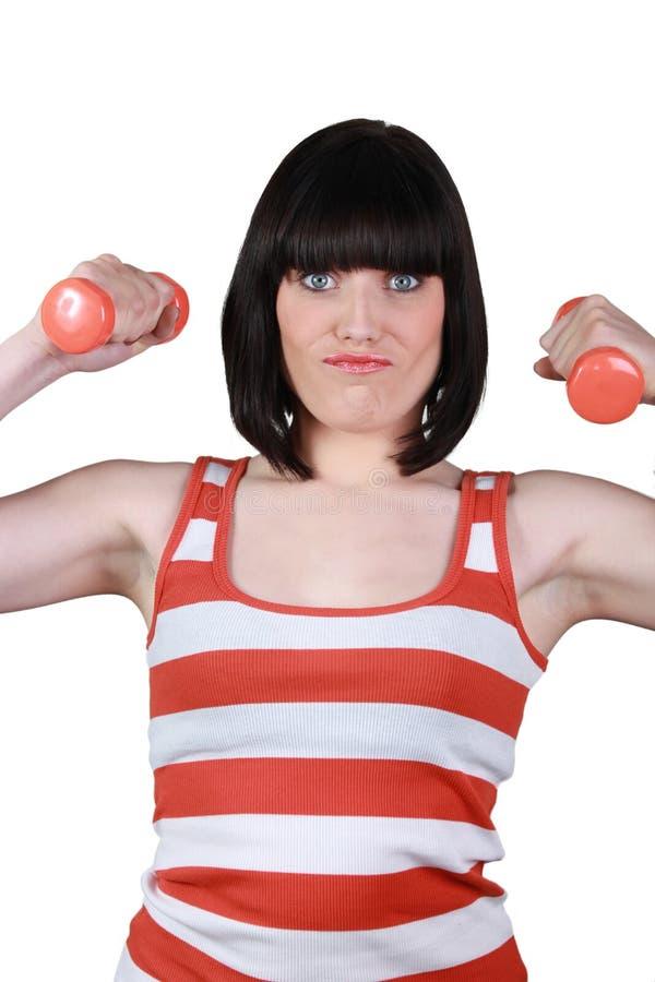 Женщина используя гантели стоковые изображения rf