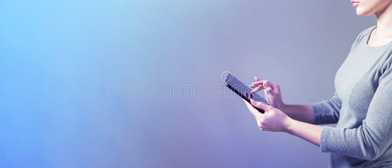 Женщина используя планшет стоковая фотография