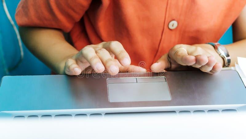 Женщина используя предпосылку компьютера labtop стоковое изображение