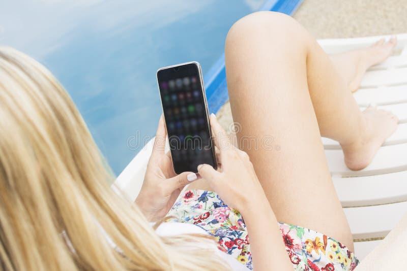Женщина используя приложения телефона стоковые изображения rf