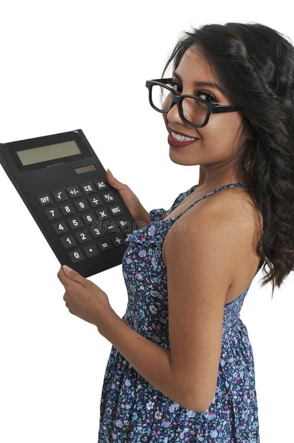 Женщина используя слишком большой калькулятор стоковые изображения rf