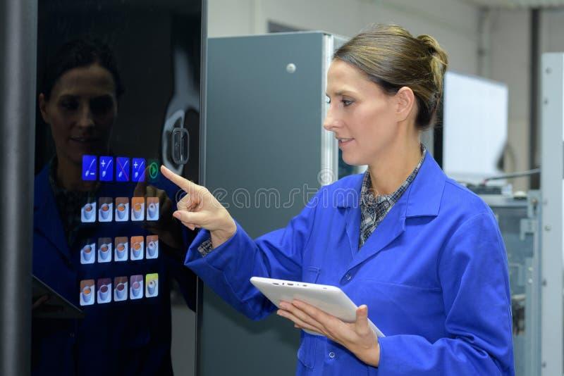 Женщина используя торговый автомат кофе стоковое изображение rf
