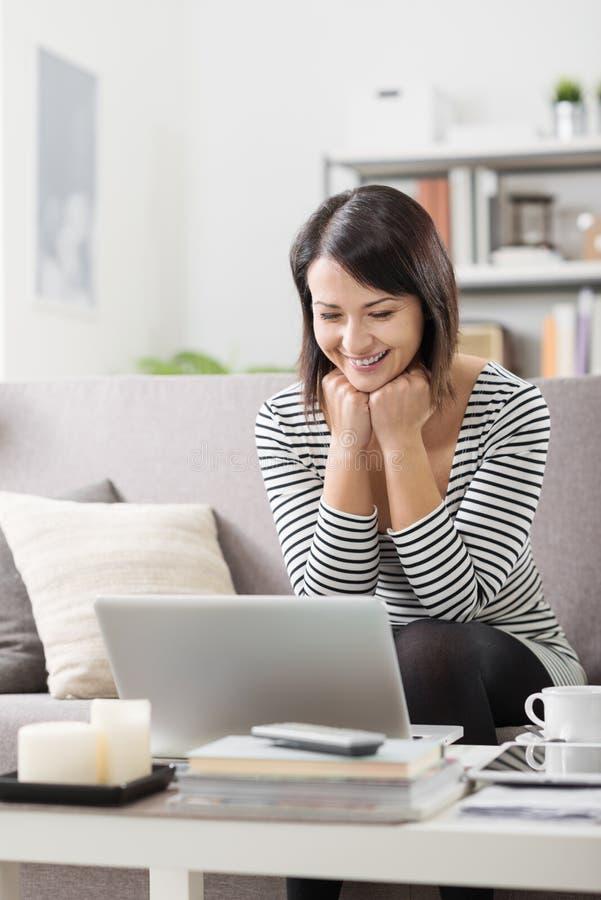Женщина используя компьтер-книжку дома стоковые фотографии rf