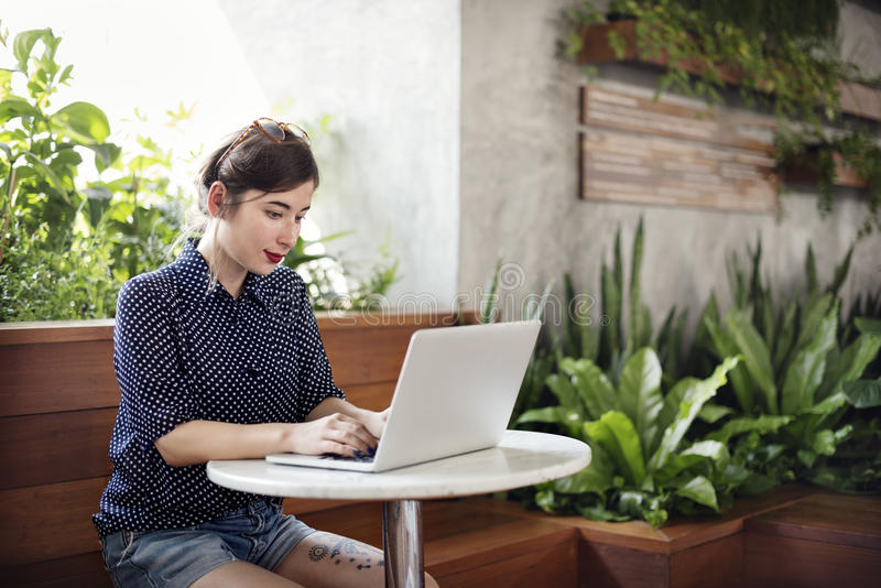 Женщина используя концепцию просматривать компьтер-книжки работая стоковое фото rf