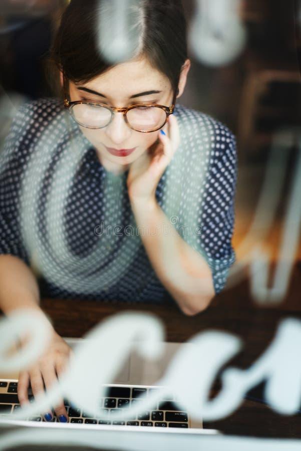 Женщина используя концепцию просматривать компьтер-книжки работая стоковое фото