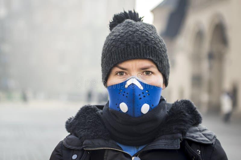 Женщина используя маску, защищая от смога стоковые изображения rf