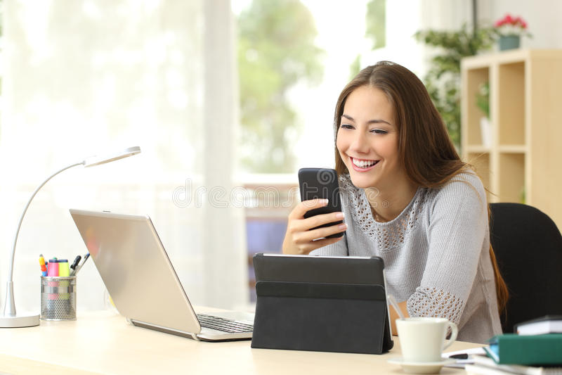 Женщина используя множественные приборы дома