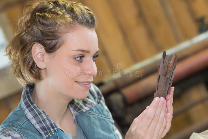 Женщина используя редкие деревянные щепки делая ремесленничества стоковое изображение