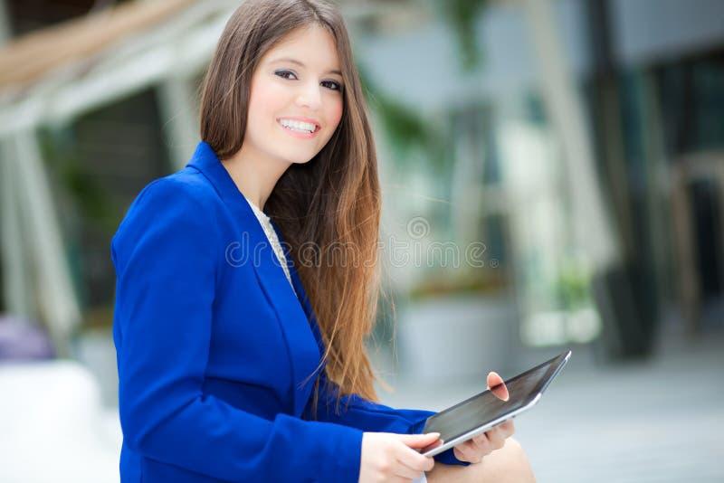 Download Женщина используя таблетку стоковое фото. изображение насчитывающей таблетка - 37928478