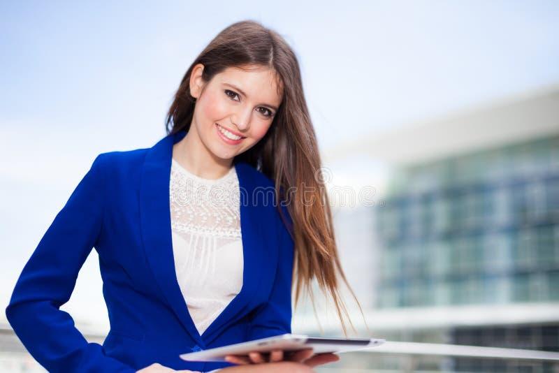 Download Женщина используя таблетку стоковое фото. изображение насчитывающей дело - 37929602