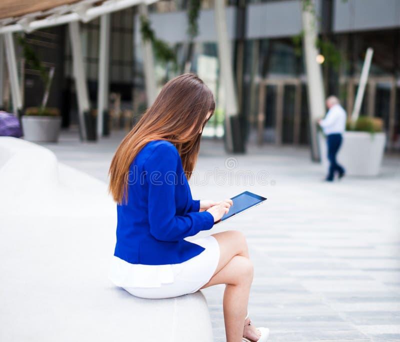 Download Женщина используя таблетку стоковое изображение. изображение насчитывающей город - 37929609