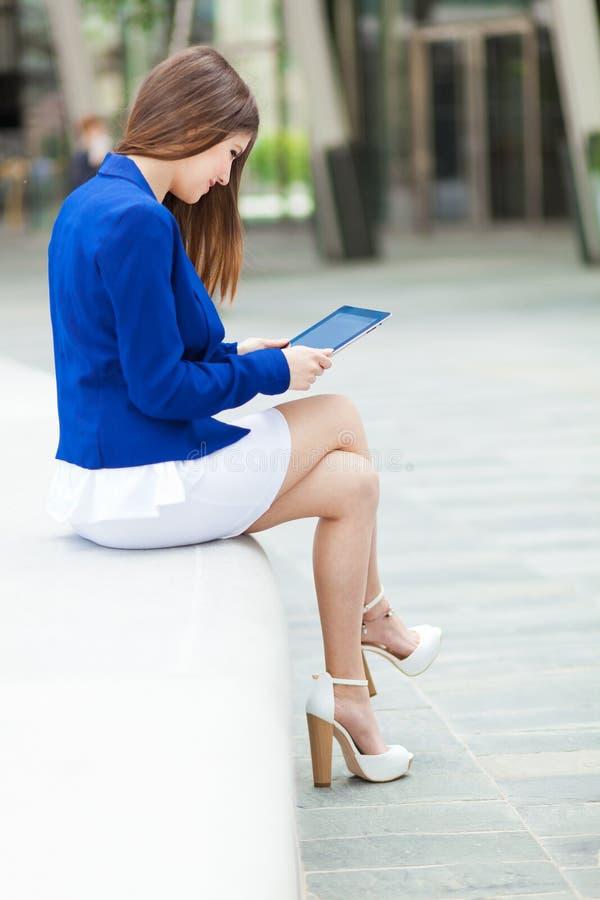 Download Женщина используя таблетку стоковое фото. изображение насчитывающей brussels - 37931002