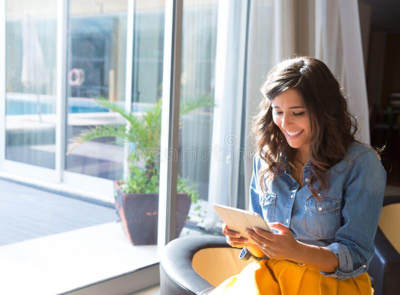 Женщина используя таблетку стоковое изображение rf