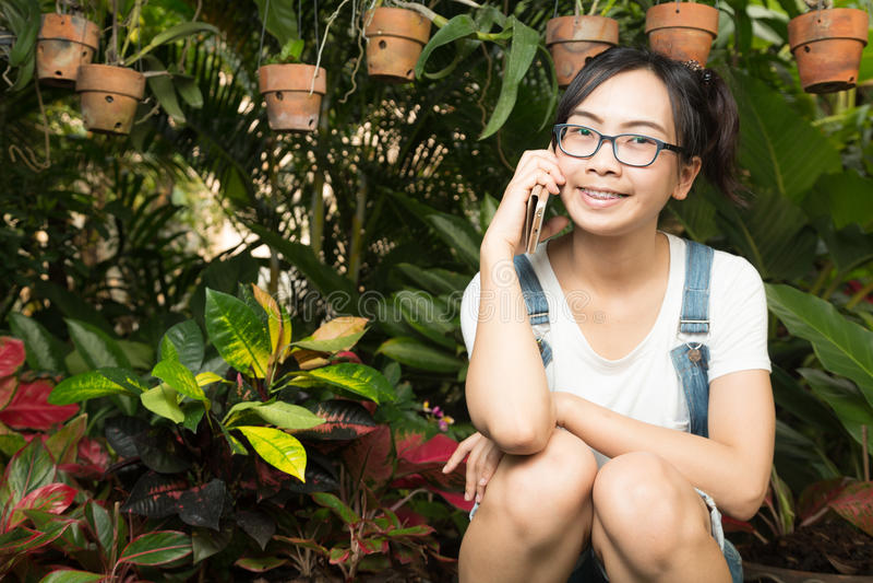 Женщина используя умные телефоны в доме стоковое фото
