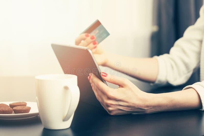женщина используя цифровую таблетку для того чтобы сделать оплату стоковая фотография rf
