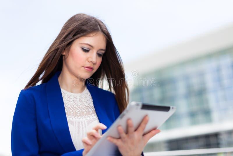 Download Женщина используя цифровую таблетку Стоковое Изображение - изображение насчитывающей сеть, искать: 37929585