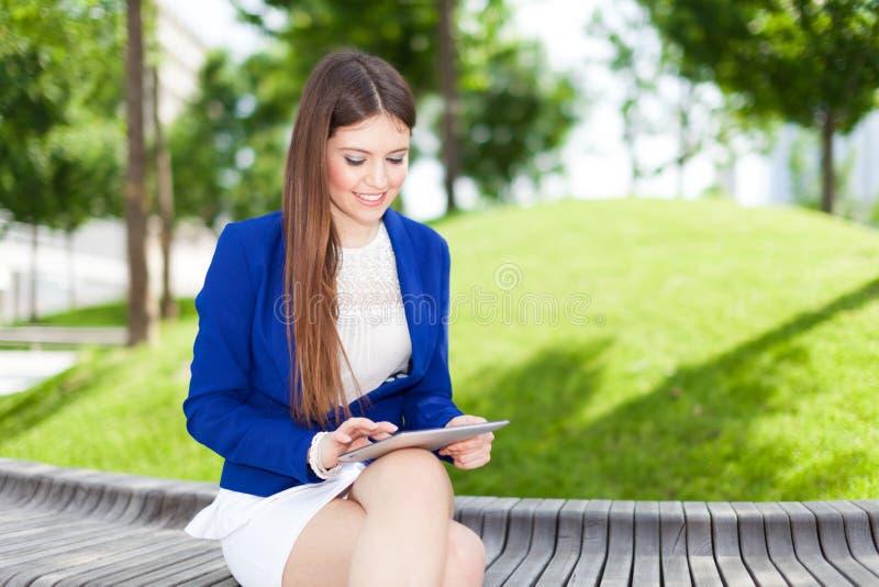 Download Женщина используя цифровую таблетку Стоковое Изображение - изображение насчитывающей мило, женщина: 37929979