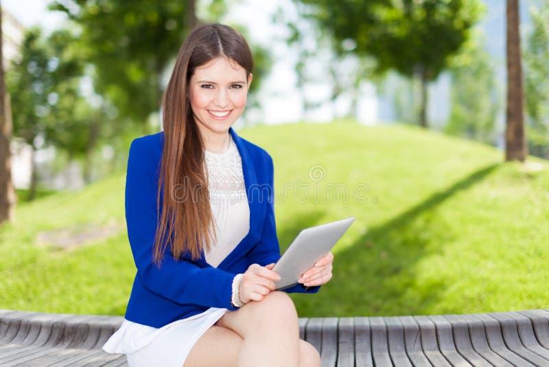Download Женщина используя цифровую таблетку Стоковое Фото - изображение насчитывающей женщина, красивейшее: 37930044