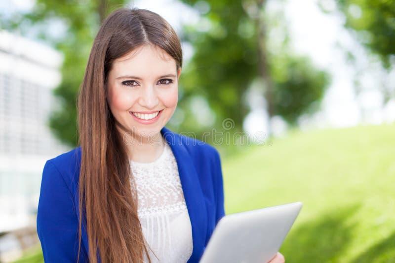 Download Женщина используя цифровую таблетку Стоковое Фото - изображение насчитывающей бобра, содружественно: 37930074