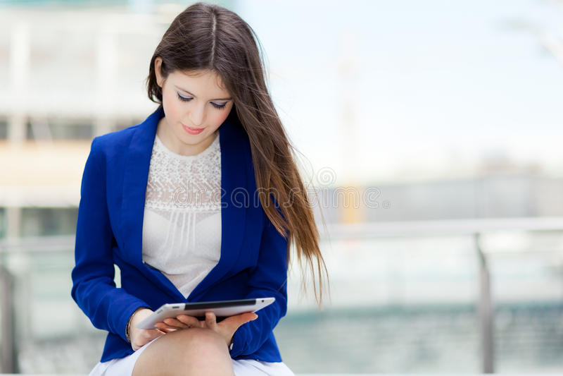 Download Женщина используя цифровую таблетку Стоковое Фото - изображение насчитывающей экран, довольно: 37931784