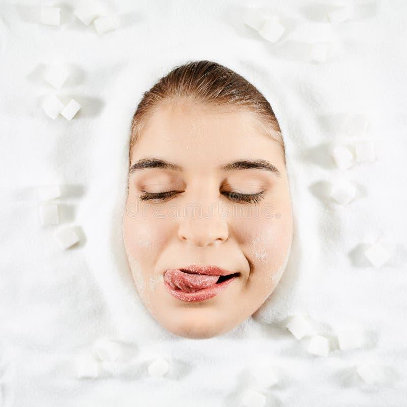 Женщина и белый сахар стоковые изображения rf