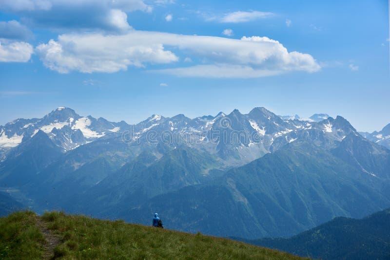 Женщина и взгляд ребенка на скалистых горах под облачным небом Arkhyz Karachay-Cherkessia, северный Кавказ Россия стоковое фото rf