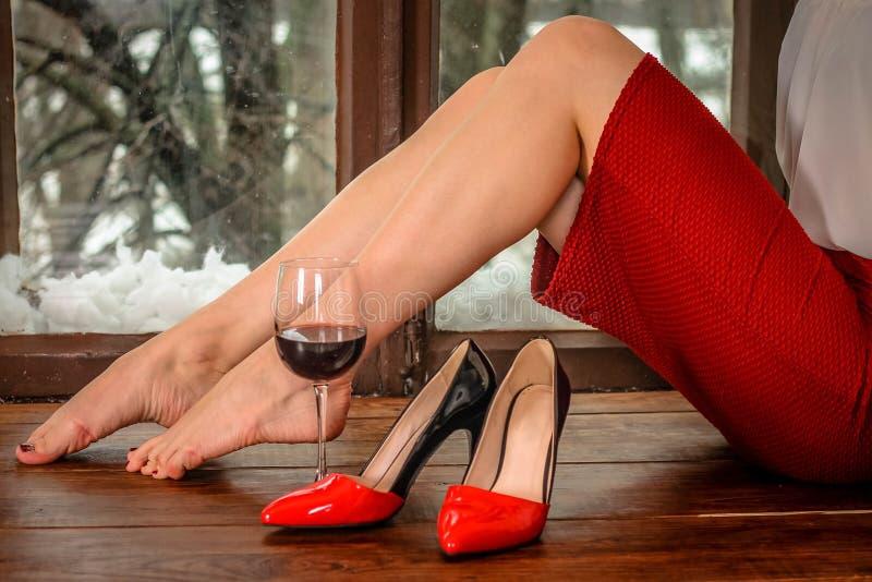 Женщина и вино стоковые изображения rf