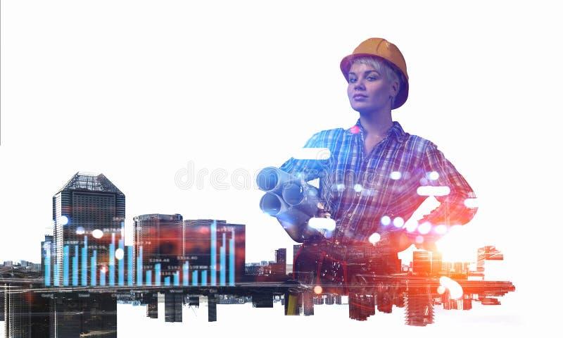 Женщина и городской пейзаж инженера Мультимедиа стоковые фото