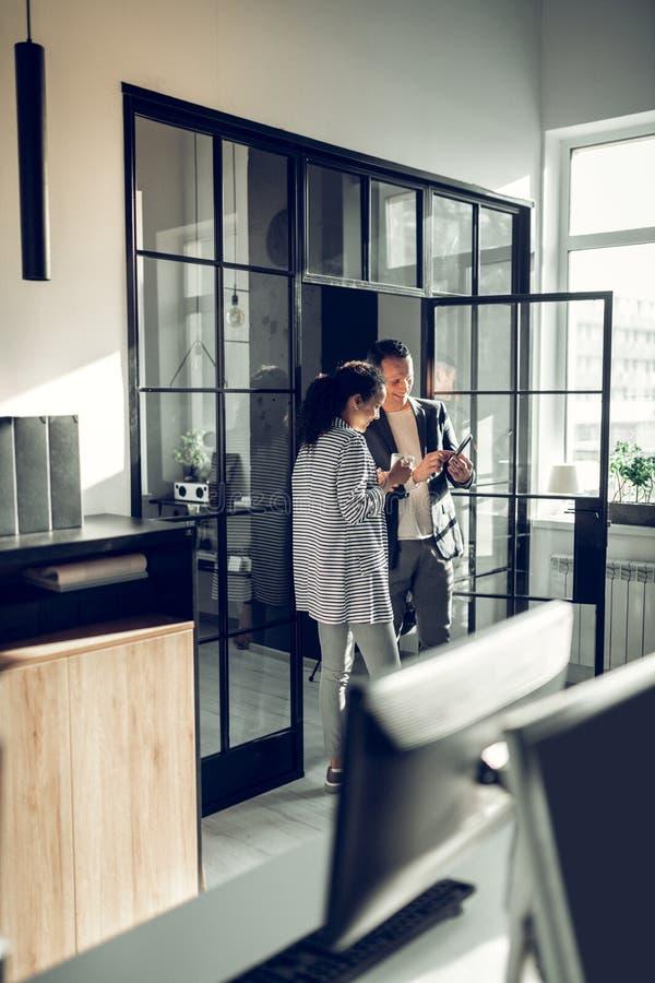 Женщина и ее положение босса и говорить имеющ меньший перерыв стоковое изображение rf