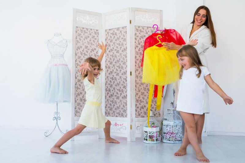 Женщина и дети в спальне стоковое фото rf