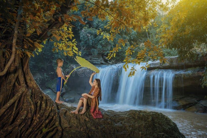 Женщина и дети играя воду стоковые фотографии rf