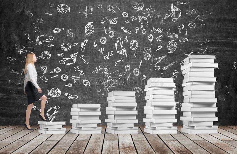 Женщина идет вверх использовать лестницы которые сделаны из белых книг бесплатная иллюстрация