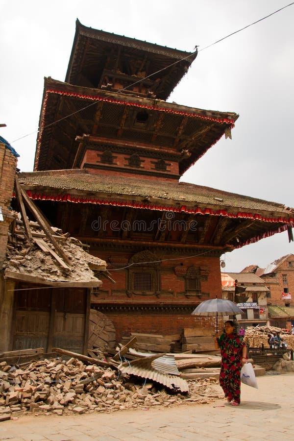 Женщина идет вне виска в Bhaktapur, Непале стоковое изображение