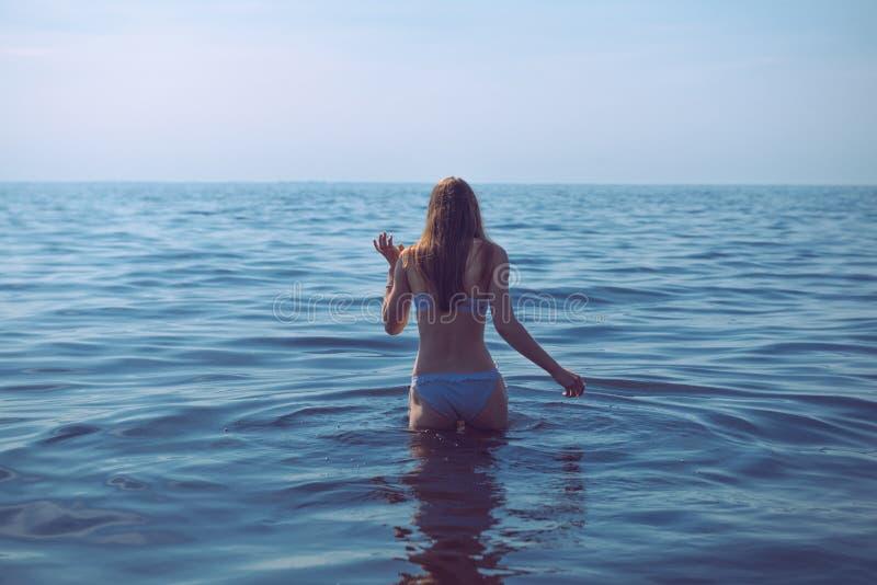 Женщина идет для заплыва стоковое фото rf