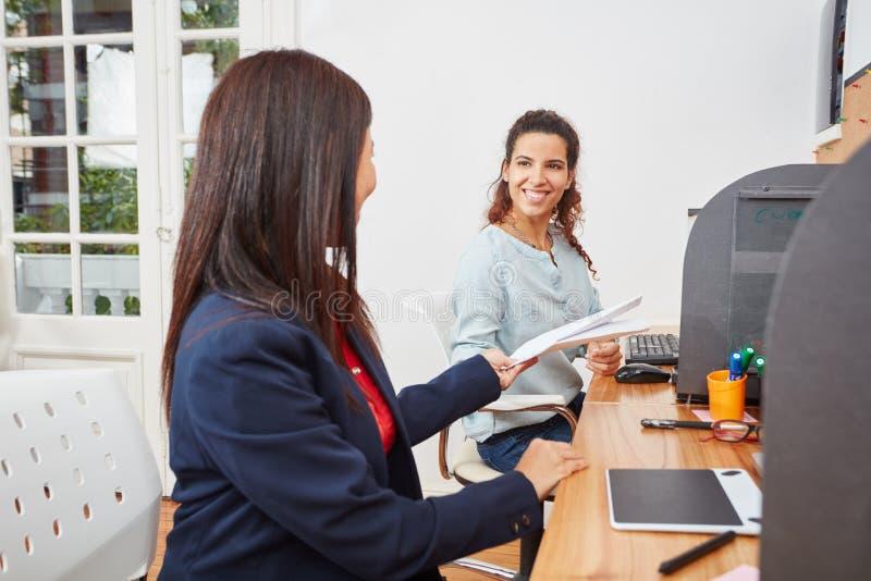 Женщина и коллега в центре телефонного обслуживания стоковое изображение