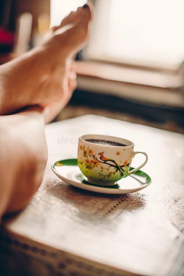 Женщина и кофе дома для breackfast стоковое фото rf
