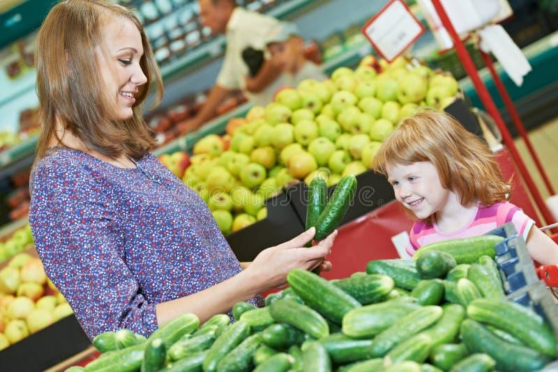 Плодоовощи покупкы женщины и маленькой девочки стоковые изображения rf