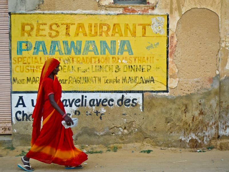Женщина и объявление Mandawa стоковые изображения rf